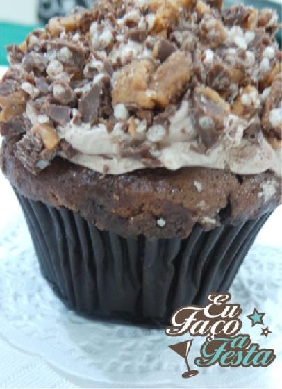 Cupcake de chokito com cobertura de buttercream de chocolate