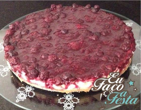 Cheesecake com calda de frutas vermelhas