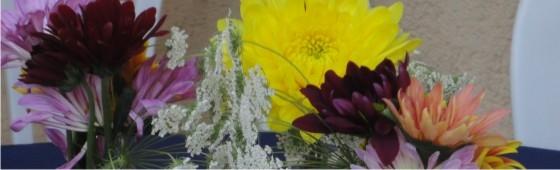 Arranjos florais com garrafas e latas recicladas