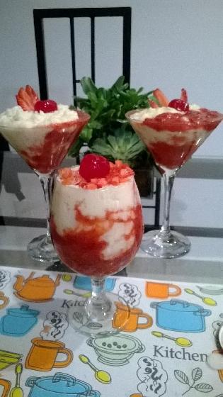 Torre de creme com frutas vermelhas
