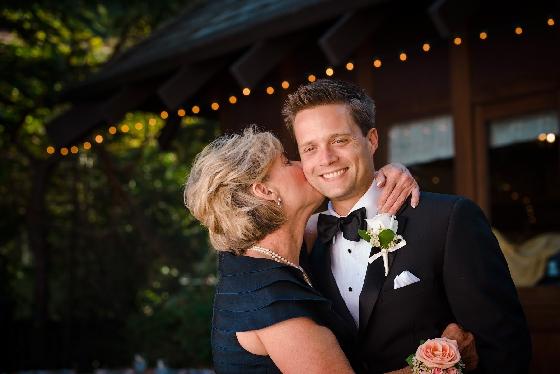 Noivo com mãe em casamento - tahoeweddingphotojournalism