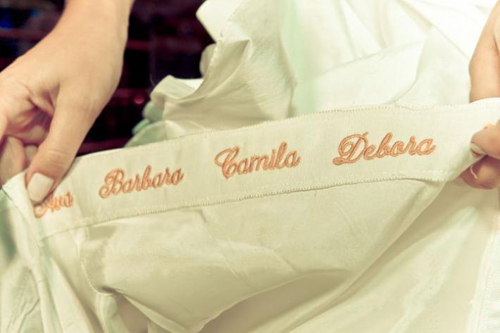Bordar nomes de amigas no vestido de noiva