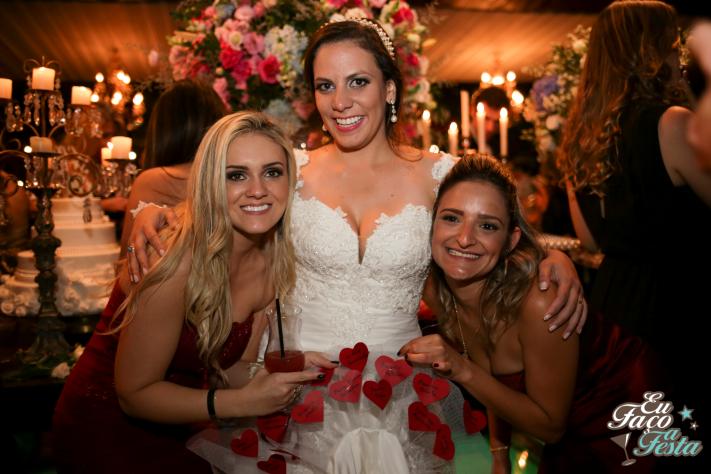 Nomes na barra do vestido de noiva