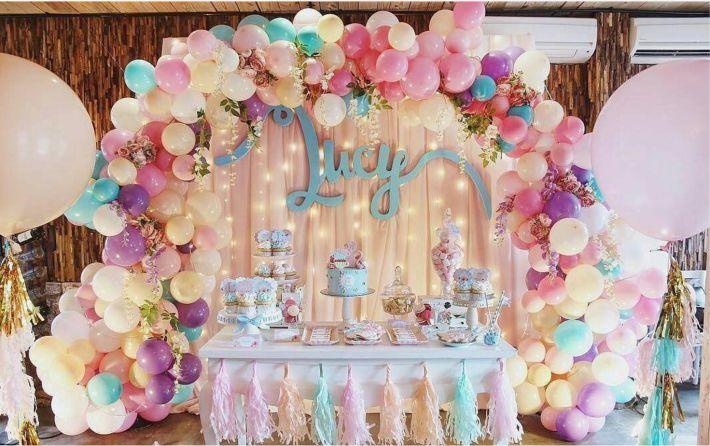 balões e folhagens